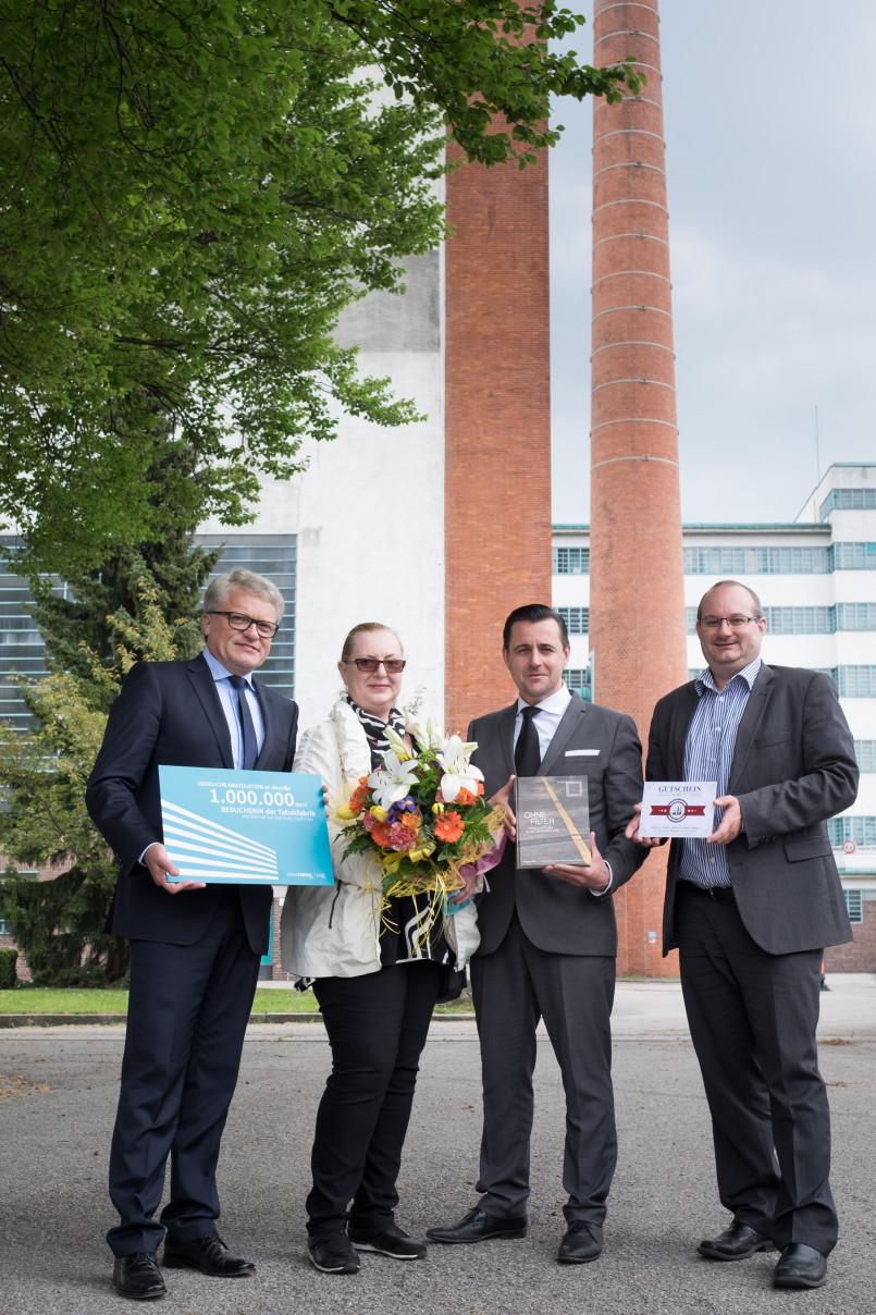 Die millionste Besucherin der Tabakfabrik Linz, Ingrid Sandner, mit Bürgermeister Klaus Luger und den Direktoren Chris Müller und Markus Eidenberger (v.l.)