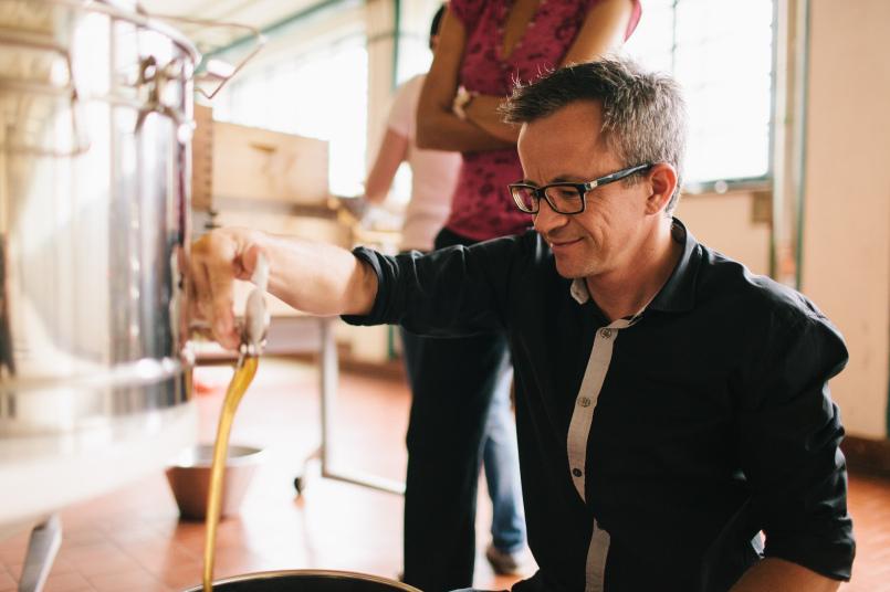 Rainer Kargel beim Schleudern des Honigs. Foto: Florian Voggeneder