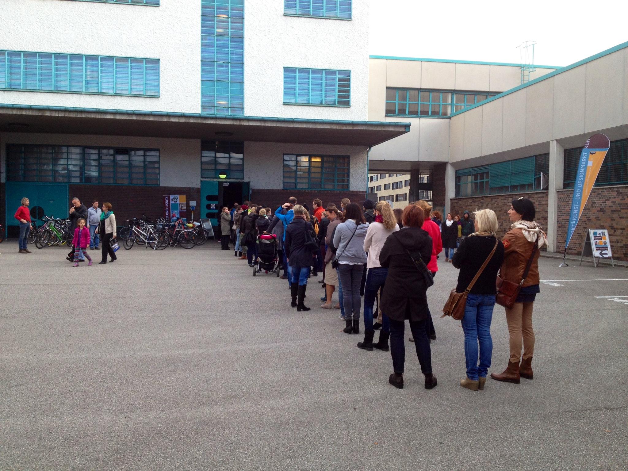 Andrang vor dem Eingang des Kunst- und Designmarkt | Fotocredit Tabakfabrik Linz