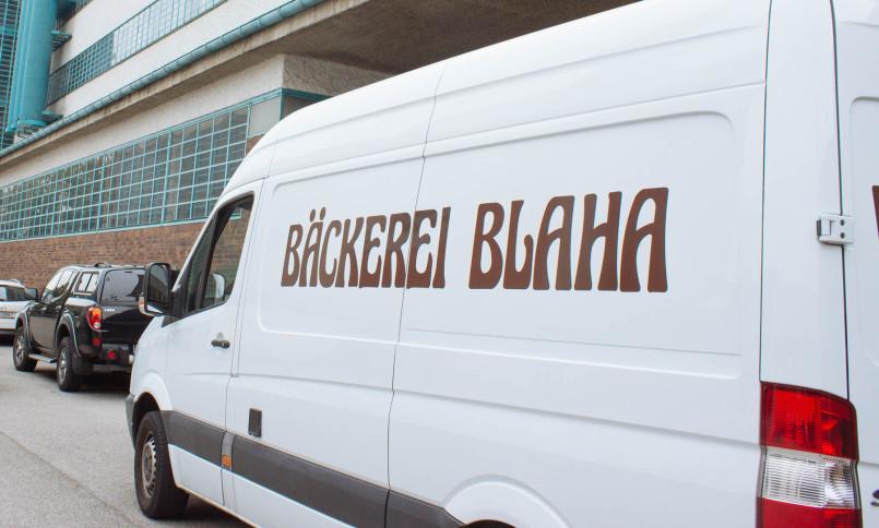 Um Punkt 10:10 hält der Lieferwagen der Bäckerei Blaha vor der Stiege A.